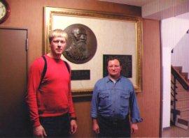 Павел Рязанцев и Бакулев Пётр в Хомбу Додзё у барельефа основателя Айкидо