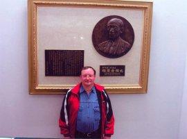 Первое посещение Японии, в Хомбу Додзё у барельефа основателей